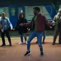 Bollywood a Napoli, la star indiana Parashar balla in metropolitana