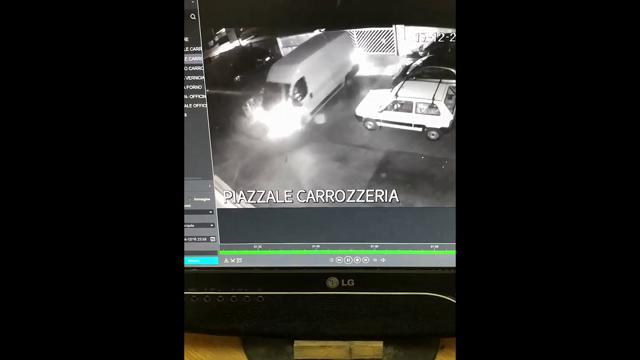 Distruggono l'officina con un furgone e rubano una Jeep