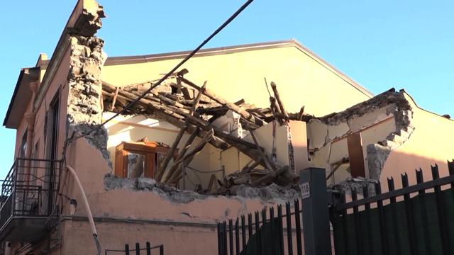 Risultati immagini per immagine di case distrutte dal terremoto etna