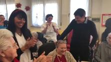 """Gianni Morandi scatenato con gli anziani della casa di riposo: """"Uno dei miei concerti migliori"""""""