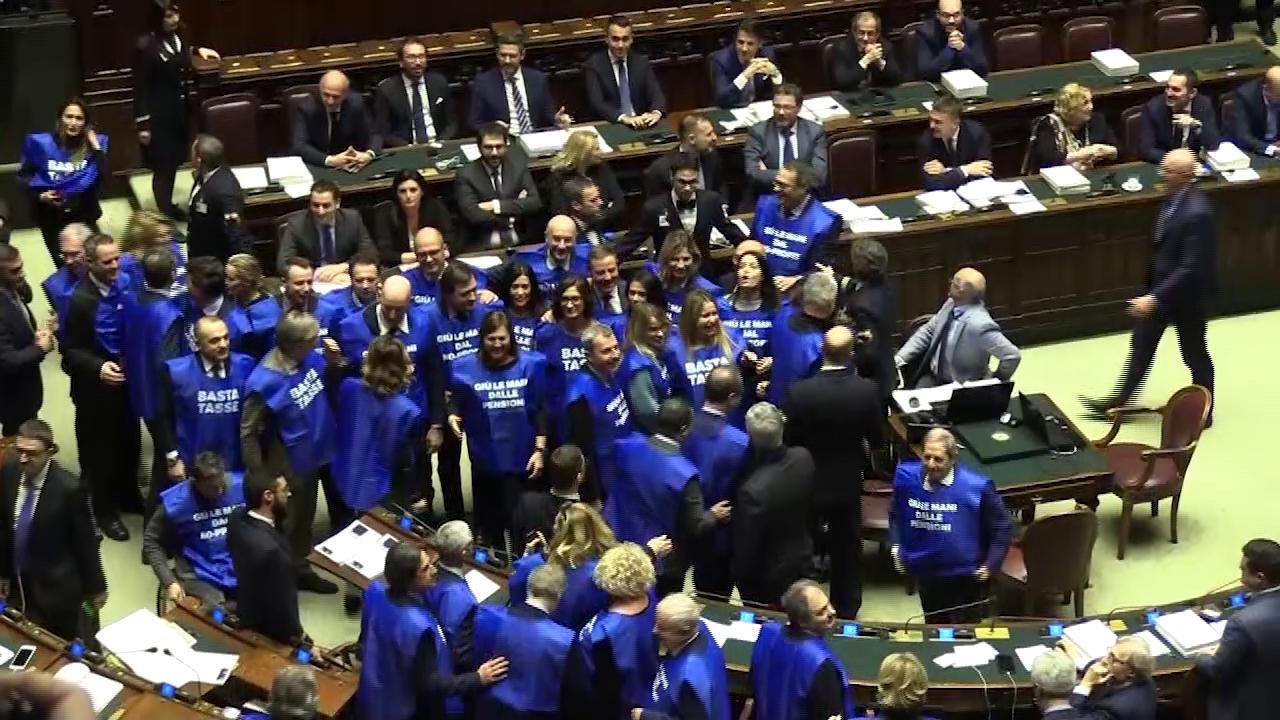 Manovra forza italia protesta in aula con le pettorine blu basta tasse e fico sospende la for Deputati forza italia