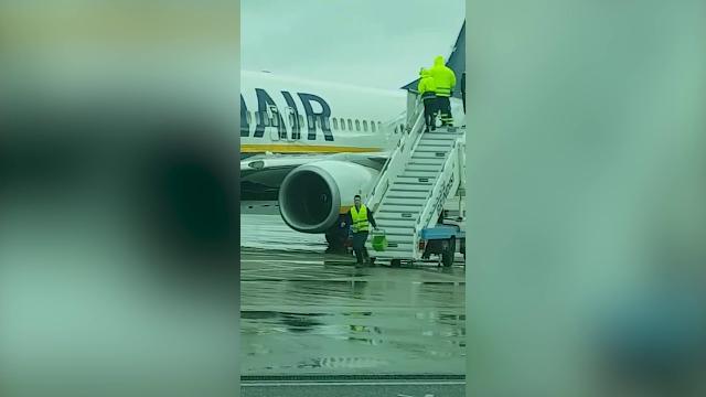Secchi d'acqua contro il gelo su un aereo Ryanair, aperta un'inchiesta