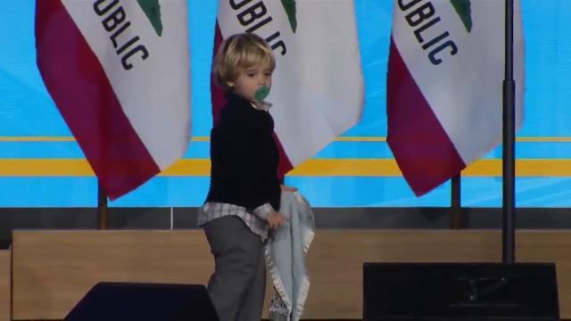 Usa, prove da Governatore: il figlio di due anni sale sul palco e ruba la scena al padre