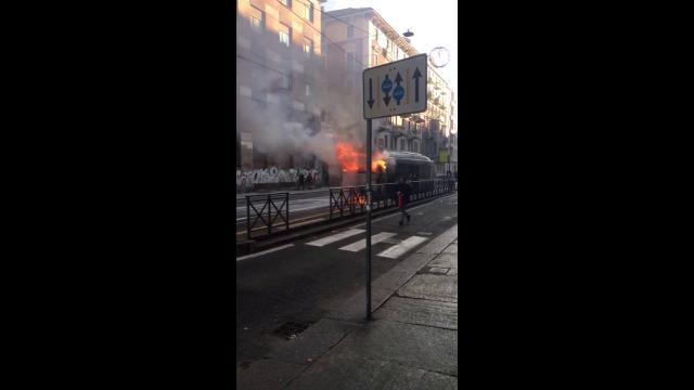 Autobus in fiamme a Torino, l'autista intossicato dal fumo