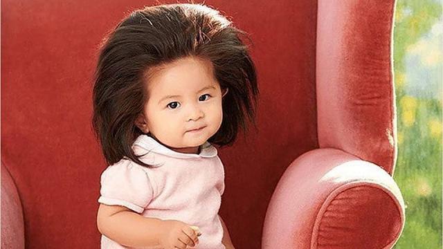Baby Chanco, la bambina dai foltissimi capelli neri diventa testimonial di bellezza