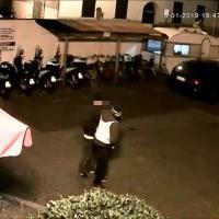 Livorno, posteggiatore rapinato: ecco il momento dell'aggresione