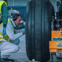 Pit stop extralarge: il cambio gomme del Boeing 777
