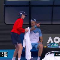Australian Open, Andreas Seppi sorprende i telecronisti con un gesto 'romantico' per la moglie