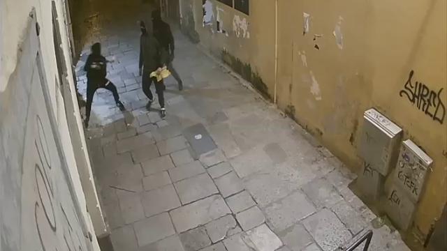 Palermo, tentano di spaccare la vetrina a colpi di mazza: ladri in fuga