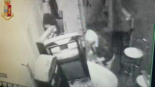 Torino, spaccata in un bar di Mirafiori: così i ladri scassinano le slot machine