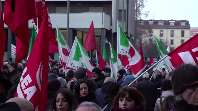 """Bandiere rosse, memoria e """"Bella Ciao"""": a Sesto con i partigiani per dire """"no"""" a Casapound"""