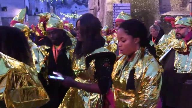 Matera 2019, migranti sfilano con le coperte termiche per ricordare i morti in mare