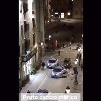 Prato, si denuda e prende a testate l'auto della polizia