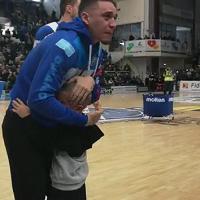 L'abbraccio del Palazzetto a Scott Bamforh dopo l'infortunio: lacrime e commozione