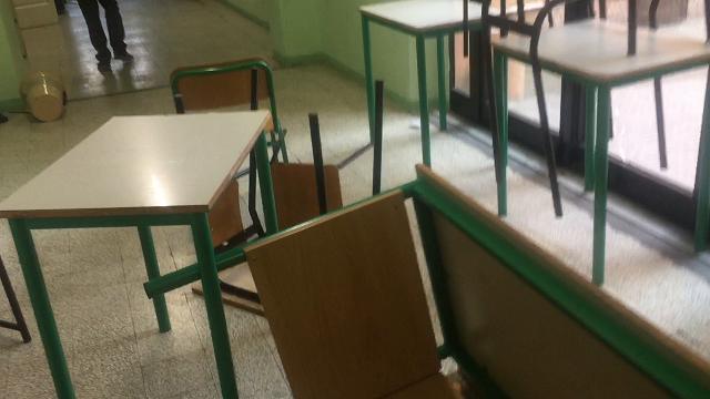 Matteotti devastato: banchi e sedie come barriere