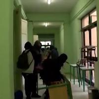 Pisa, occupano la scuola e la devastano: gli studenti incappucciati in azione