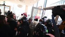 Torino, protesta contro Burger King davanti all'Università: tensioni tra studenti e polizia