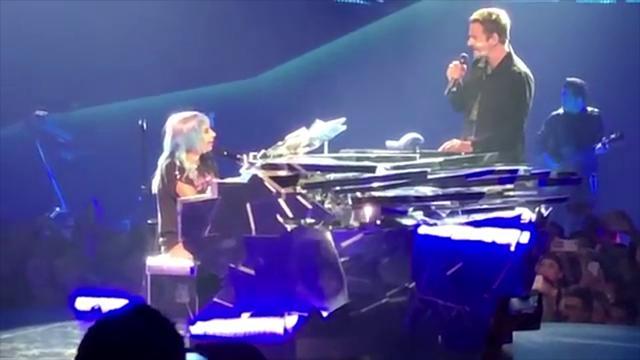 Las Vegas, Lady Gaga e Bradley Cooper sul palco: il duetto entusiasma il pubblico