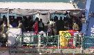 Catania, la Sea Watch arriva al porto. Festa e abbracci a bordo