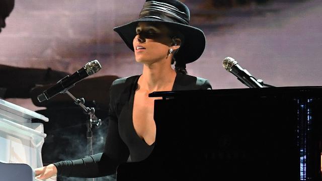 Grammy Awards, Alicia Keys tra due pianoforti: il medley nasconde un omaggio