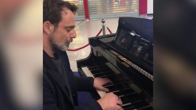 Aeroporto Fiumicino, un 'concerto' prima del volo: l'attore Alessandro Preziosi stupisce al pianoforte