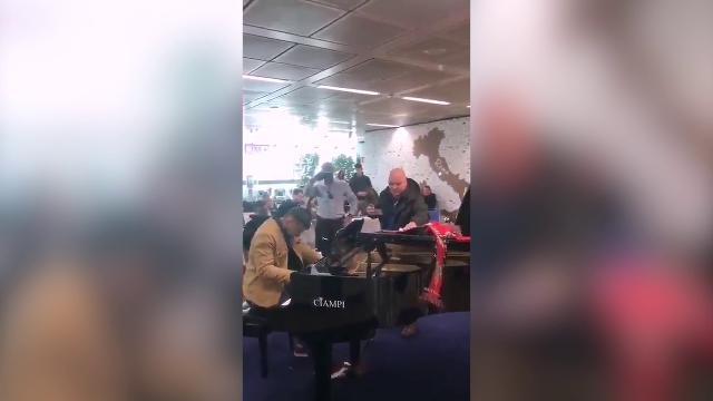 Fiumicino, l'inno del Siviglia risuona in aeroporto: l'esecuzione al piano del tifoso è da applausi