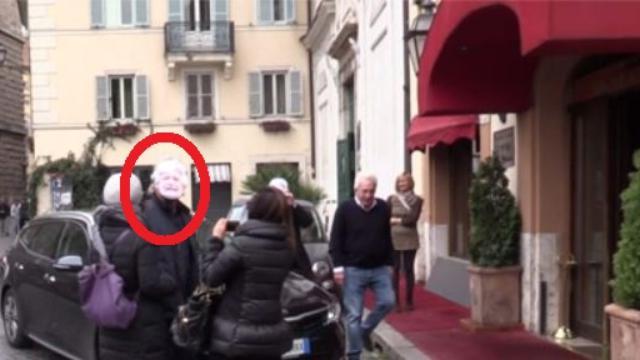M5S, Grillo arriva a Roma indossando la maschera di se stesso