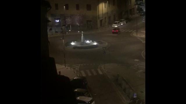 Firenze, con la macchina a noleggio fa il rally in città, sfiora un pedone. Poi lo schianto