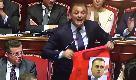 Senato, Forza Italia regala a Di Maio un gilet da steward: