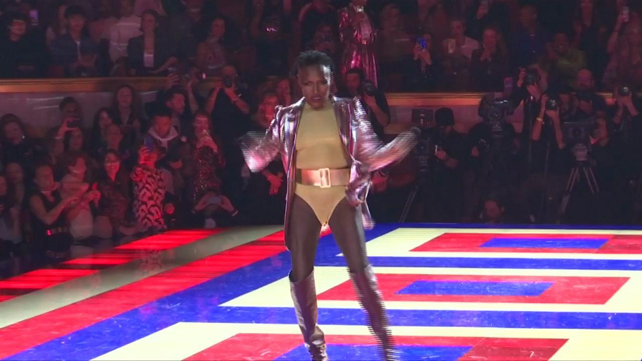 Parigi, Grace Jones in passerella a 70 anni: la sfilata diventa uno show
