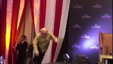 Danny DeVito scivola davanti ai fotografi durante la presentazione di Dumbo