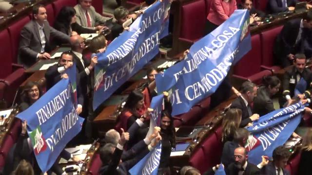 Legittima difesa, Camera approva: applausi e striscioni in Aula, Fico sospende la seduta