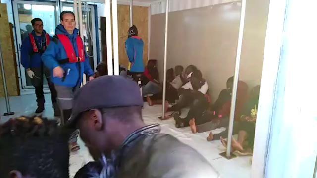I migranti salvati dalla nave Mare Jonio vengono accolti a bordo