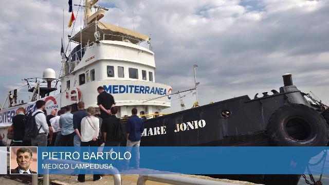 """Migranti sulla Mare Jonio, il medico a Salvini. """"A bordo nessuna malattia, li faccia sbarcare"""""""