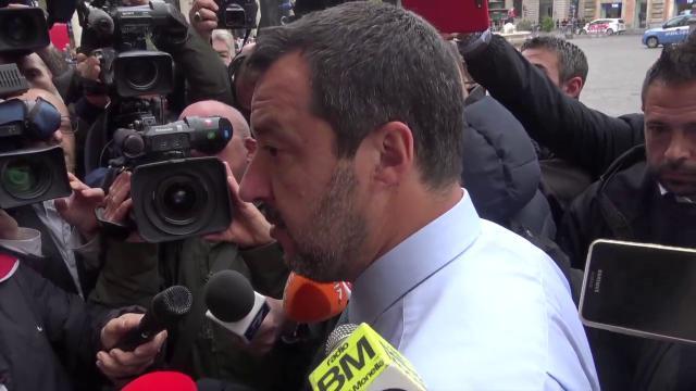 """Milano, bus studenti incendiato. Salvini: """"Autista aveva precedenti penali, perché guidava?"""""""