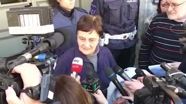 """Milano, bus incendiato, la collaboratrice scolastica: """"Io costretta a legare i bambini e spargere la benzina"""""""
