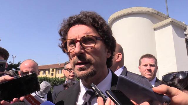 """Milano, bus incendiato. Toninelli: """"Serve più sicurezza interna, si è rischiata una strage"""""""