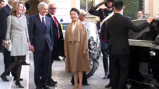 Xi a Roma, vacanze romane per l'elegante first lady tra flash e sorrisi