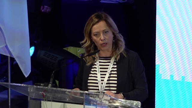 """""""Difenderemo Dio, patria e famiglia"""". Giorgia Meloni chiede il modello Orban e risponde alle accuse personali"""