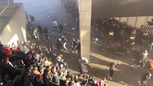 Amsterdam, scontri e lancio di fumogeni. Salvini: