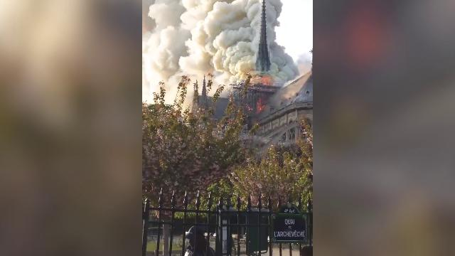 Incendio nella Cattedrale di Notre-Dame, crolla la guglia simbolo di Parigi