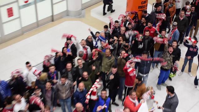Bari in serie C, i tifosi biancorossi accolgono la squadra: clima da stadio in aeroporto