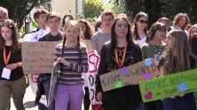 Roma, Greta Thunberg arriva alla manifestazione scortata da giovani attivisti: applausi e cori