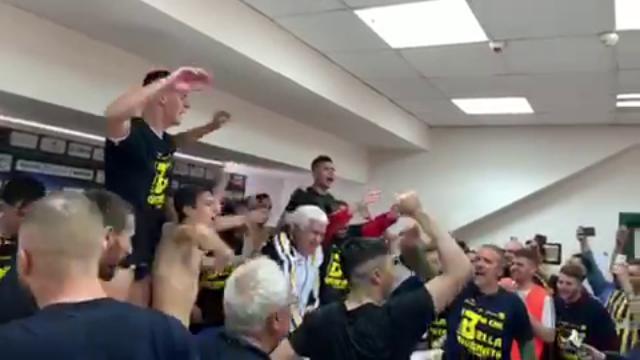 Juve Stabia in serie B, la festa dei calciatori al presidente