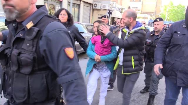 Casal Bruciato, la famiglia rom esce per incontrare il Papa e dai balconi spuntano i tricolori
