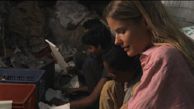 Alena Blohm nelle favelas di Mumbai, insieme ai Green Worker per ripulire le strade dalla plastica