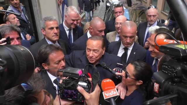 """Berlusconi a Torino: """"Una città piena di belle ragazze"""". Poi attacca Confindustria"""