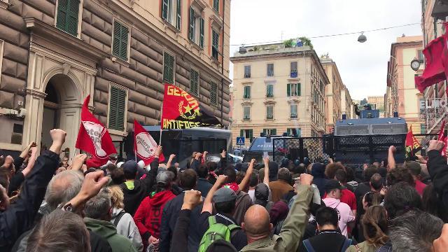 Scontri tra antifascisti e polizia a Genova durante il comizio di Casapound: manifestanti feriti