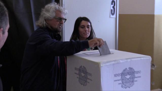 Europee, Grillo al seggio di Genova col figlio: sorride alla domanda su Salvini