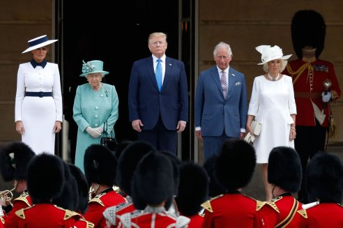 Donald e Melania a Buckingham Palace con lo stesso outfit di Carlo e Camilla